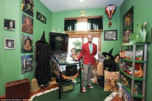 Wizard of Oz Collectibles Super Fan has over 10,000+ pieces